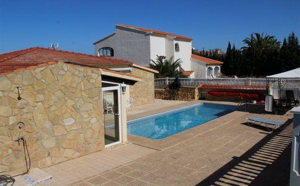 CASALINA ESPANA stelt te koop gerenoveerde(2013) villa van 161 m² op een terrein van 800 m² in Alfaz Del Pi, omgeving Belmonte aan de Costa Blanca Noord, bekend omdat hier meer buitenlandse residenten full-time verblijven dan Spanjaarden. De woning best